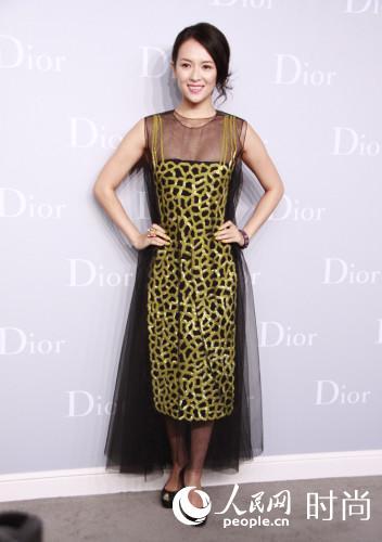 章子怡身穿Dior 2013春夏黄色刺绣透视晚礼服亮相。把T台look中的金属腰封去掉,章子怡的纤腰好身材无法充分体现,实属搭配败笔。