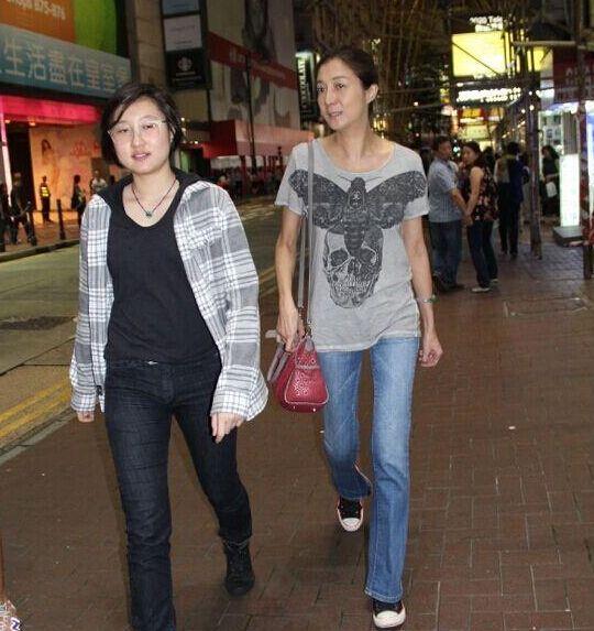 吴绮莉与小龙女和好如初 一起逛街心情好