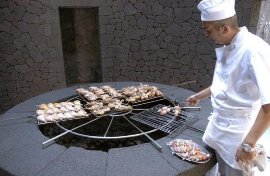 兰萨洛特岛上的魔鬼餐厅利用休眠火山产生的地热烧烤食物(网页截图)