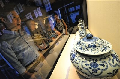 昨日,游客在故宫参观明代御窑瓷器。
