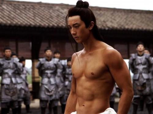 据悉,吴尊出道前曾开过健身会所,自己担任健美教练,难怪吴尊肌肉如此