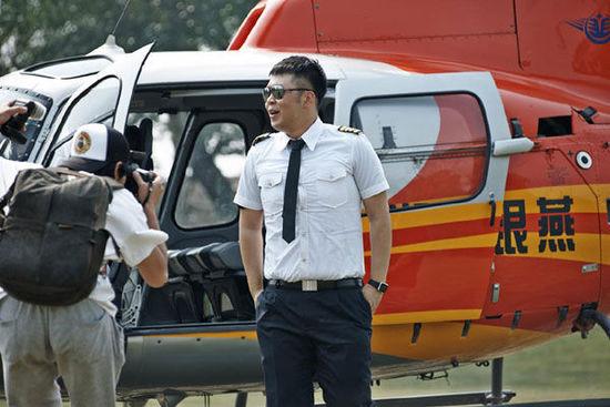 杜海涛乘直升机玩空降 惊呼