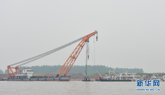 (长江客船翻沉事件)救援人员为实施船体打捞工作做准备