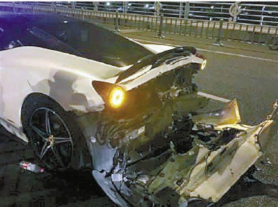 土豪开400万法拉利酒驾冲卡逃跑时与警车相撞