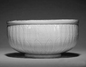 北宋 定窑划花鱼藻纹大碗    此器为迄今拍卖市场上出现过尺寸最大的一件定窑碗。不仅器形大,这件作品从外壁的仰莲纹刻划,到内里的划花工艺都率意流畅,可以称得上定窑中的精品。