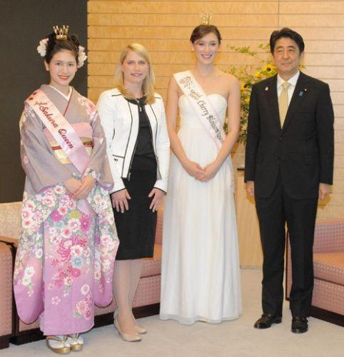 安倍(右)与日美樱花女王合影。