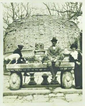 拉贝夫妇和朋友在一个带祭祀桌的古墓前合影。