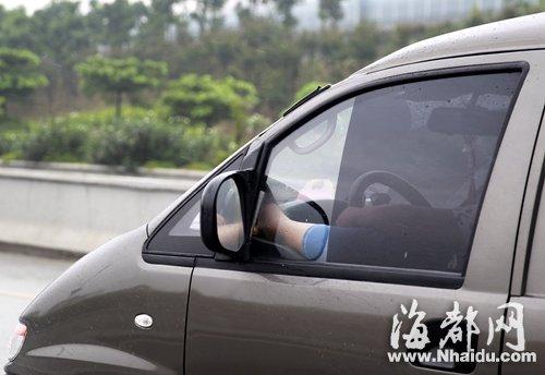 男司机左脚翘到仪表盘上开车时速超80公里(图)
