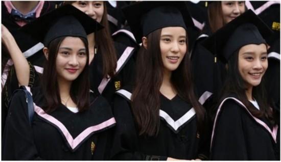周冬雨班级拍毕业照  北影 美女 同学 自拍抢镜