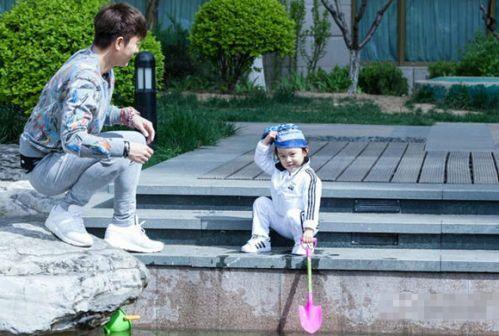 爸爸回来了》贾乃亮陪女儿玩耍 甜馨歪戴头巾萌态足