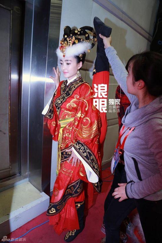 济南舞蹈系女生拍一字马毕业照 网友点赞组图