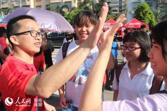 6月7日,海南海口实验中学考点,考生和老师击掌加油