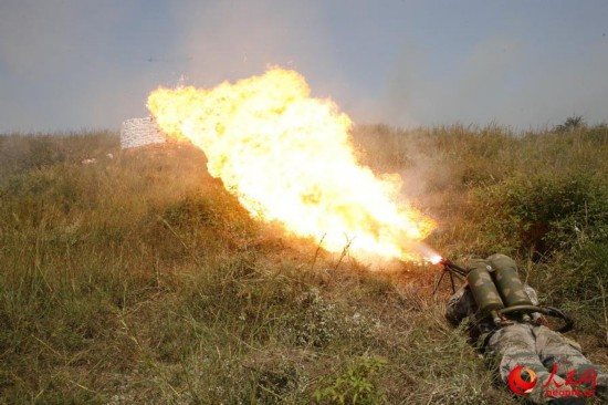 喷火器对敌工事实施喷火