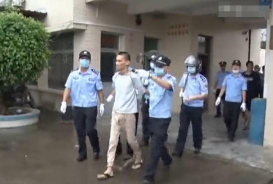 广东死刑犯被押赴刑场画面 女子追车飙泪