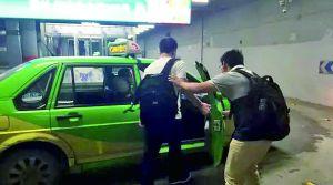 """南都记者拍摄到替考""""枪手""""到达南昌。"""