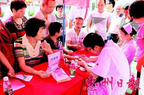 为复退军人义诊。 本报记者杨剑辉 通讯员房 彬 魏 丹 摄