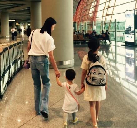 多多和妈妈孙莉牵着妹妹,温馨有爱
