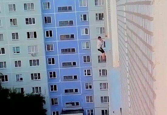 男子吊绳索悬挂高楼外冒死向女神求爱惨遭拒绝
