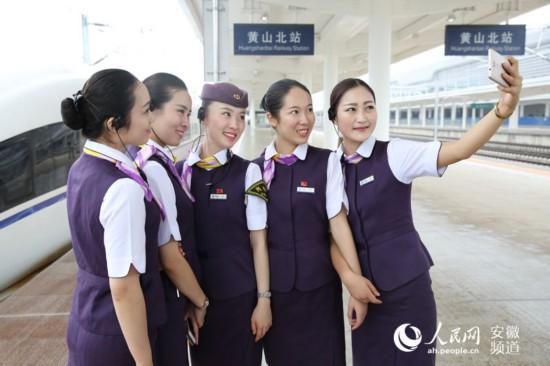 自拍测福_5月30日,9:40左右,测试车抵达黄山北站,高姐们在站台上自拍留念.