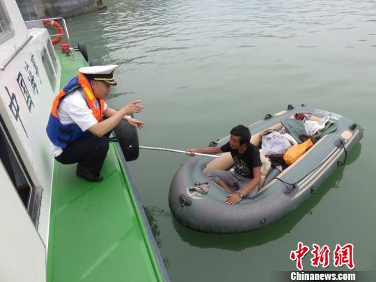 男子驾皮划艇入三峡河段主航道茫然不知(图)