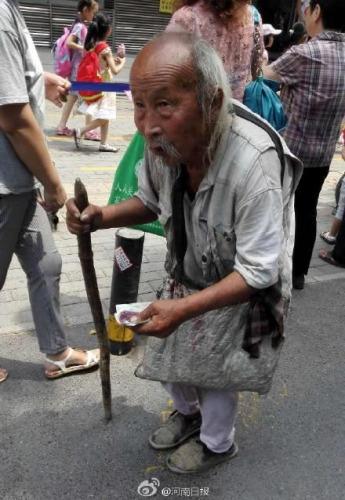 103岁老人街头乞讨:儿子条件差出来讨钱帮一下