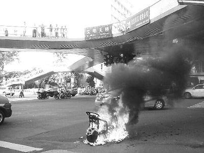 电动车海口街头行驶突自燃 所幸无人员伤亡