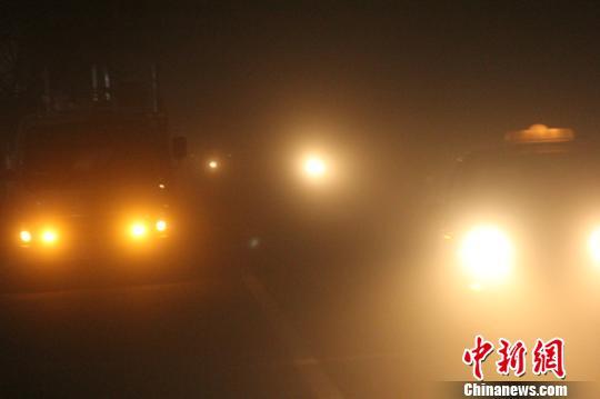 新疆和田遭遇今年最大沙尘天气白昼如黑夜(组图)