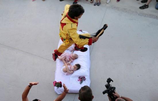 西班牙跨婴节漫画惊险帮孩子扫除邪恶场面的潇洒图片
