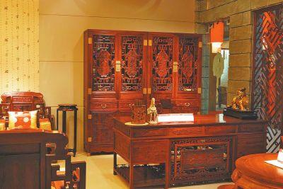 """近一年来,国内红木家具市场一直处于低迷状态,红木家具市场自去年下半年开始,需求开始减弱,""""红木家具降价""""已经在市场悄然出现。对于消费者而言,红木家具真的便宜了吗?现在买红木家具真的合适吗?业内人士表示,""""抄底""""正当时,目前红木市场确实处于""""谷底"""";但是红木家具的价格受多重关系影响,投资红木产品还应放远眼光。"""