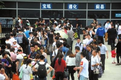 2014年5月1日,旅客在北京四惠长途车站等候上车。2014年,北京长途汽车实行网上购票(资料图片)京华时报记者陶冉摄