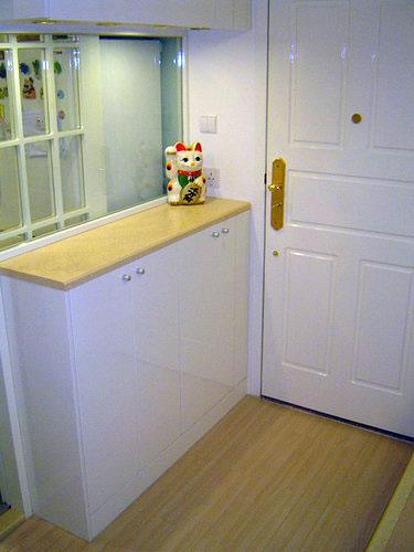 超小户型装修效果图:小户型室内装修设计的门厅位置也放置了很多收