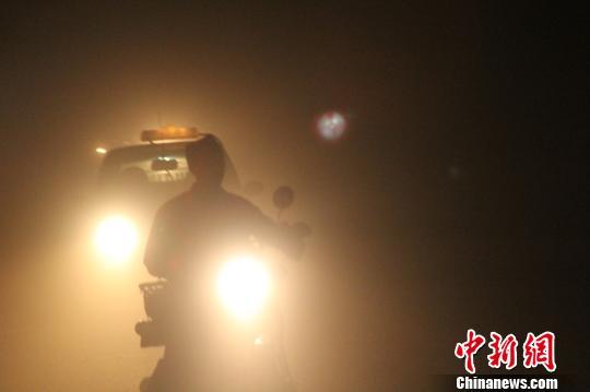 9日下午,新疆和田地区多县遭遇沙尘天气,能见度不足5米,沙尘夹杂狂风,白天如黑夜。 陶拴科 摄