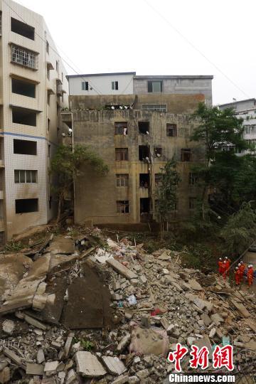 贵州遵义一居民楼垮塌无伤亡夫妇发现裂缝挨家呼喊