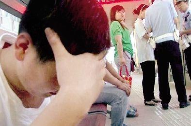 郑州:公交车上一女子遭遇咸猪手彪悍老公出手
