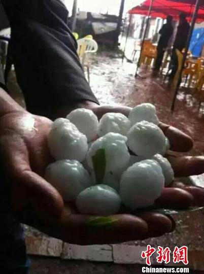 甘肃多地突遭冰雹袭击有网友称汽车玻璃被击碎(图)