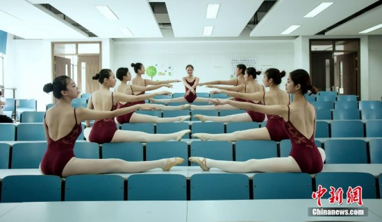 浙江舞蹈系学生一字马毕业照走红 婀娜身姿获好评
