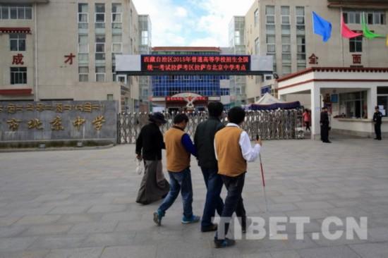 班主任带他们走向拉萨市北京中学考点