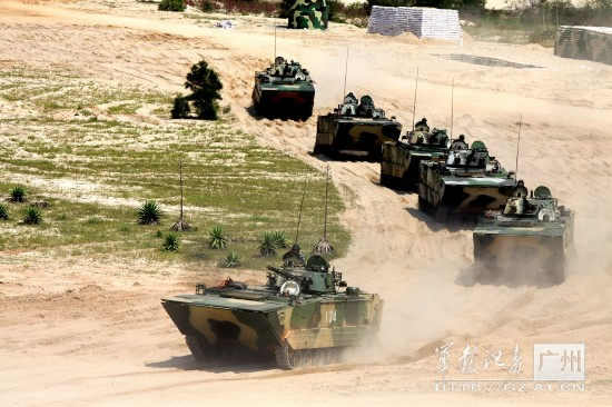 高清:解放军两栖战车群训练越障 战士配枪亮眼