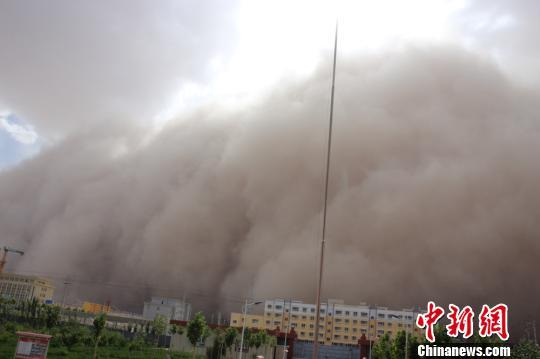 新疆乌鲁木齐暴雨伴有雷暴 南疆出现特强沙尘暴