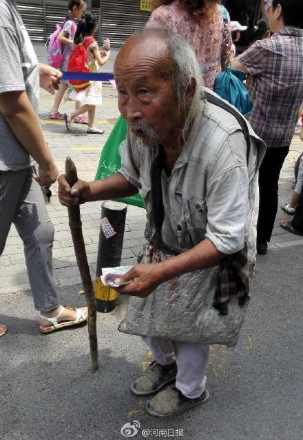 103岁乞讨老人被接回家 为贴补儿子乞讨4年