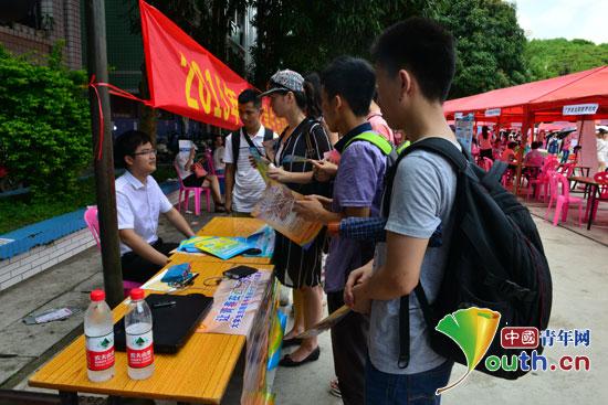 2015年广西西部计划服务期满志愿者就业专场招聘会在广西财经学院举行。图为招聘会现场。