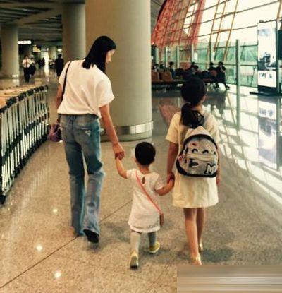 黄磊孙莉二胎女儿曝光 一家四口度假庆祝相爱20年