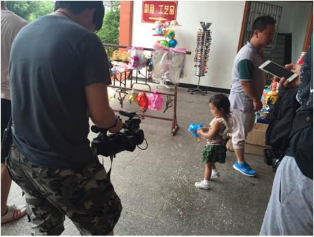 《爸爸回来了》在横店录制节目 甜馨片场探班逗比老爸
