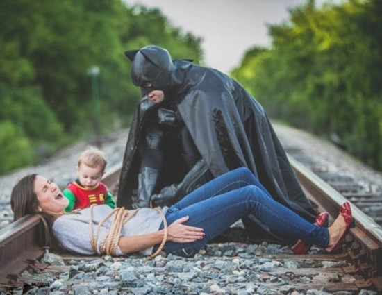 夫妇与娃拍超级英雄情景照迎父亲节