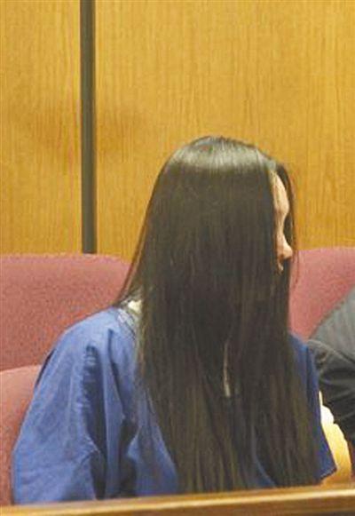被告人杨某用头发遮住自己的脸。