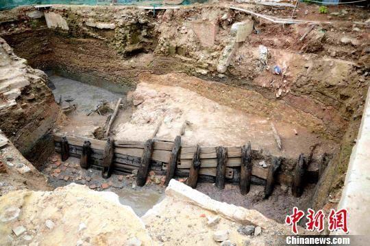 南汉宋代木构河堤 广州市文物考古研究院 摄