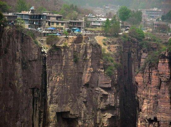 揭秘世界上最危险的村庄 坐落1700米悬崖边上
