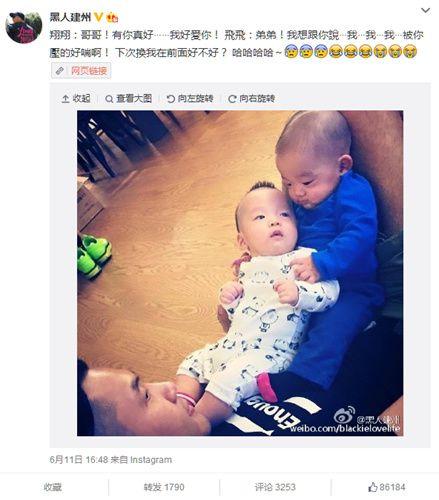 陳建州將雙胞胎托肚子上弟弟靠著哥哥(圖)