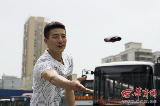 西安最帅售票员走红脸似吴彦祖 盘点各劳动阶层超级明星脸