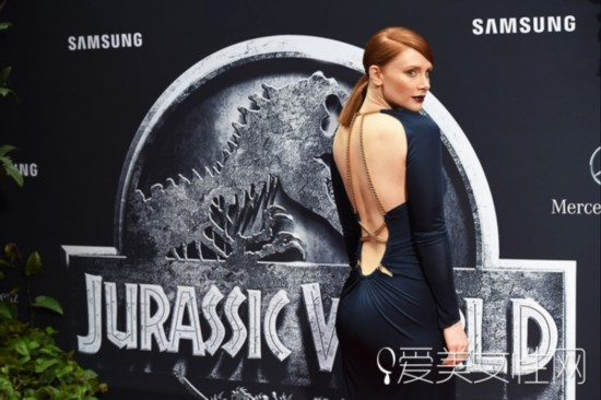 《侏罗纪世界》首映式 女主角低胸大露背抢镜